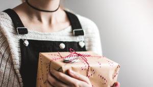 Beloningsbeleid moderniseren - Interview (sfeerfoto van vrouw met cadeau in haar hand)