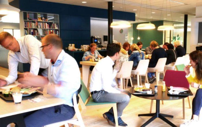 Employer-Experience-Mundipharma (sfeerfoto van personeel in bedrijfsrestaurant)